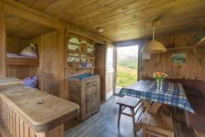 Gemütliche Wohnküche in unserer Almhütte auf der Seiser Alm in den Dolomiten